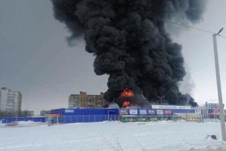 Масштабну пожежу гасять в торговому центрі
