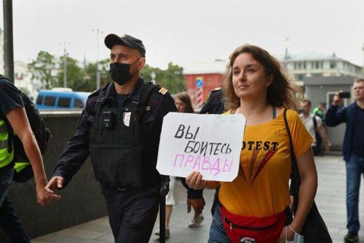 У Москві «пакують» в автозаки журналістів, які наважилися протестувати