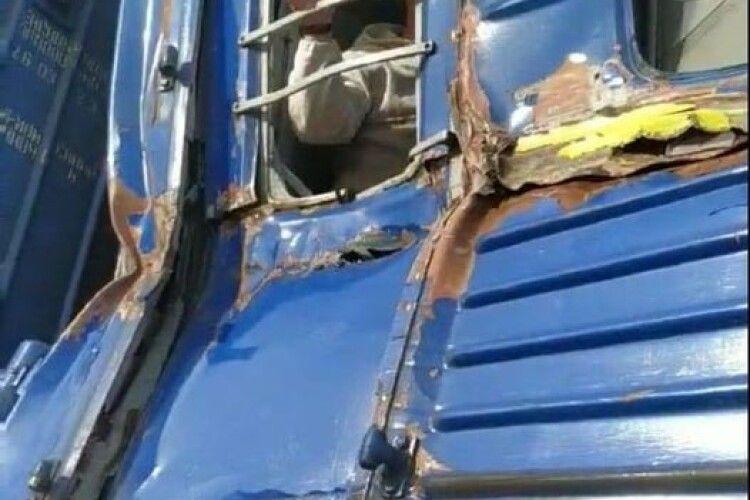 У поїзд влетів комбайн (Фото)