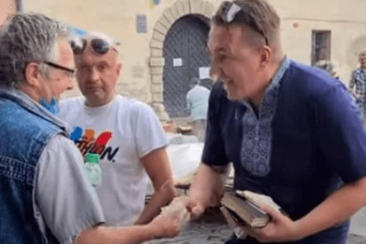 У Львові чоловік роздавав перехожим гроші і казав, що він Ісус (Відео)