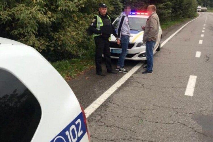 Вистрибнула з авто на ходу: хлопці напали на дівчину, яку підвозили
