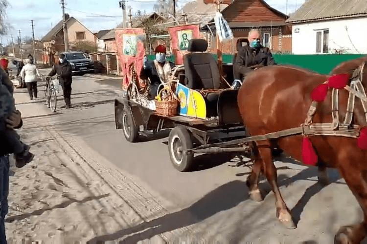 На Рівненщині священник додумався освячувати паску з підводи (Відео)