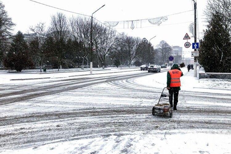 Комунальники Нововолинська розчищають сніг з 2-ї ночі