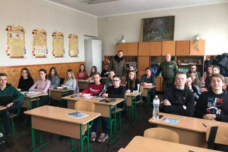 На Любомльщині старшокласників агітували ставати фахівцями із вирощування сосон і дубів та розведення вепрів і лосів (Фото)