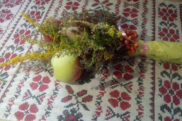 Після традиційного освячування яблук і квітів лучанка ледь не опинилася на лікарняному ліжку