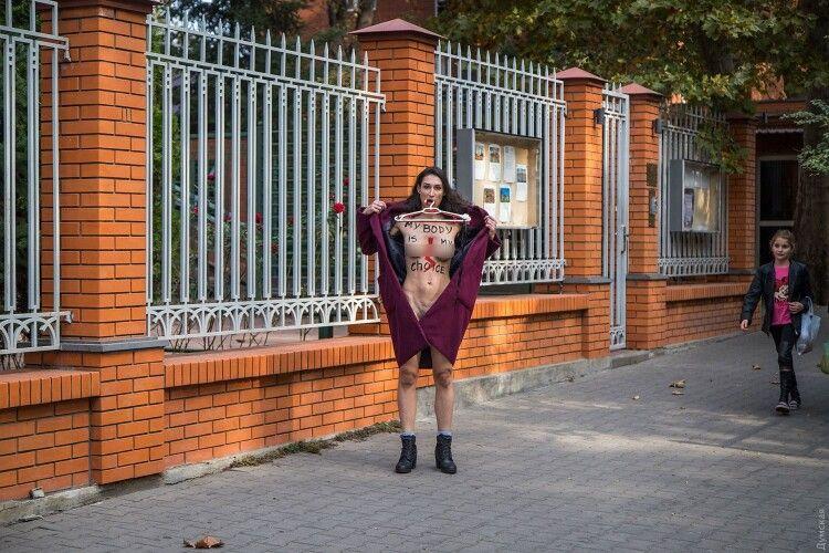 Активістка Femen роздягнулася під Генконсульством Польщі на знак солідарності з польськими жінками (Фото 18+)