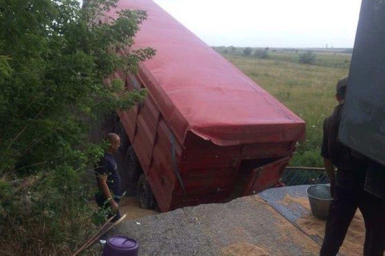 Міст обвалився разом із вантажівкою