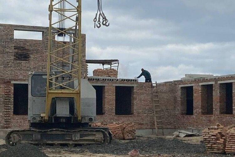 У віддаленому волинському селі будують вже другий поверх школи (Фото)