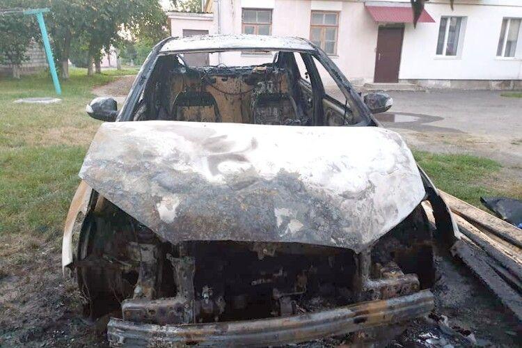 Чиновнику спалили автомобіль, але він не засмутився (Фото)