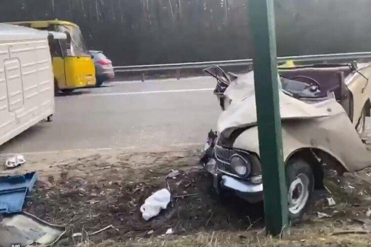 Катафалк з небіжчиком всередині відірвав дах «Москвичу» (Моторошне відео)