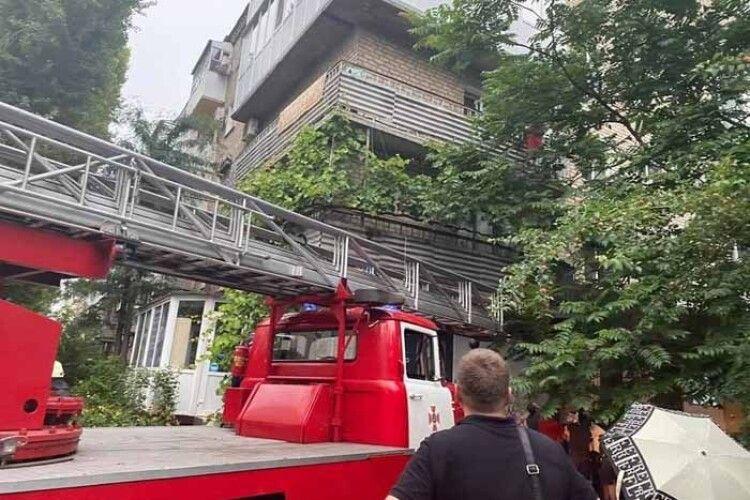 Врятували дівчинку, яка ледь не зірвалася з балкона