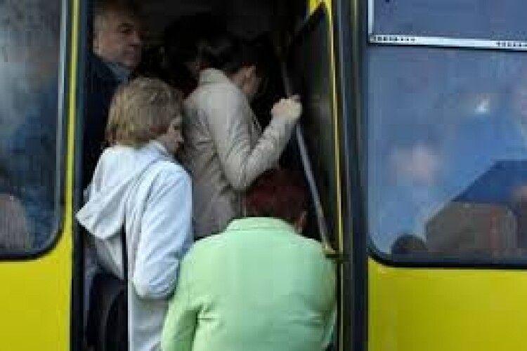 Мешканці села під Луцьком не можуть добратися додому, бо їздить єдина маршрутка, і та переповнена