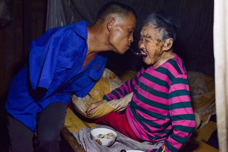 Син без рук годує зложечки свою хвору матір– зубами