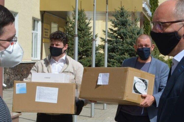 Андрій Парубій передав Волинській обласній клінічній лікарні захисні костюми та окуляри від Порошенка