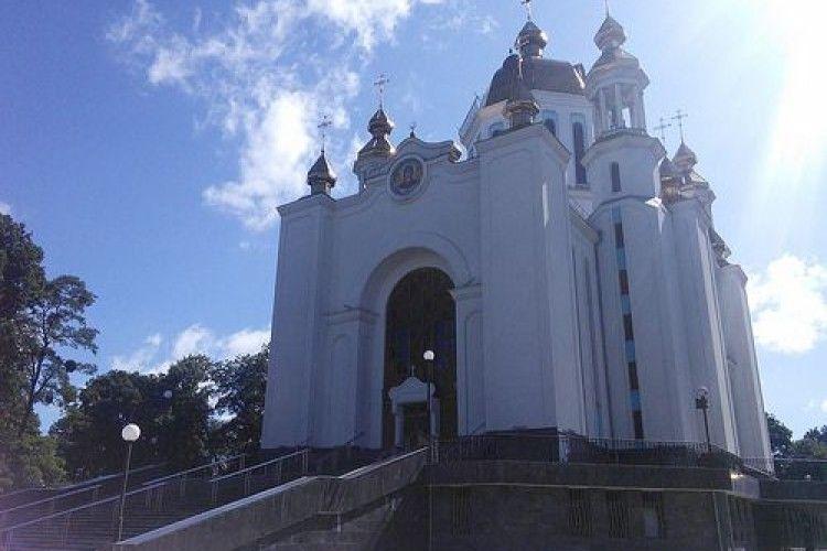 У Рівному біля церкви двоє з ножем чіплялися до вірян