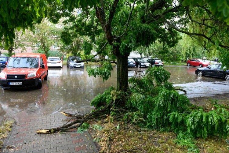 Позривало дахи й затопило вулиці: Польщею прокотився потужний буревій