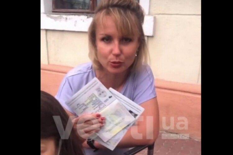 «Україно, іди-но ти...»: туристка разом з дітьми у гніві викинула паспорт (Відео)