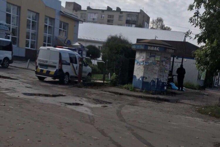 Волинян просять встановити особу чоловіка, труп якого знайшли на зупинці в Ковелі (Фото 18+)
