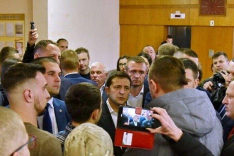 «Я ж не нижче нардепа»: Зеленський вступив у полеміку з активістами, які зустріли його криками «Ганьба» (Відео)