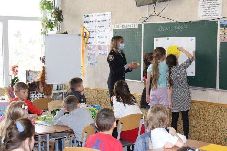 Поліцейські нагадали маленьким школярам про їх права та обов'язки