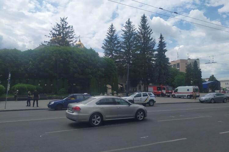 У центрі Луцька працюють «швидка», дві машини поліції й пожежна охорона (Відео)