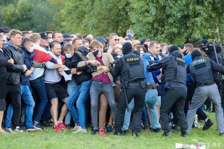 У Мінську люди вийшли на марш протесту, учасників масово затримують