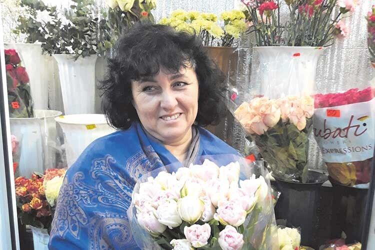 Волинянка Катерина Токарчук вчилася шити вбрання для жінок, аодягає в«спіднички»… квіти