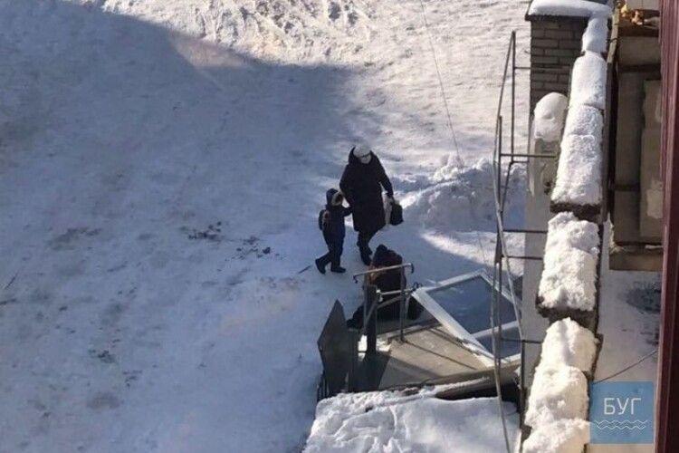 На волинянку впали вхідні двері з відділення Приватбанку (Фото)