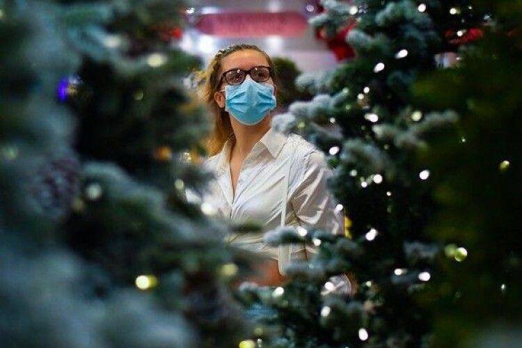 Європейців закликали святкувати Різдво та зустрічати Новий рік у масках і на вулиці