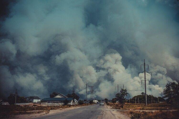 За двісті метрів від людей горять ліси: з пожежею бореться навіть армія