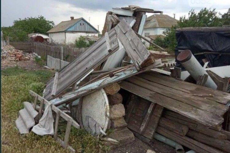 Торнадо в Україні зносив будинки, виривав дерева і лінії передач (Фото, Відео)