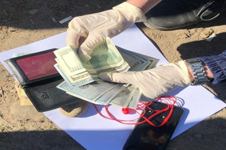 Інспектора Чопського загону викрито на отриманні неправомірної вигоди 800 доларів США
