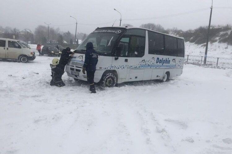 На Волині зі снігу витягували мікроавтобус з людьми (Фото)