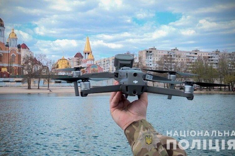 Поліція патрулює багатолюдні об'єкти за допомогою дронів