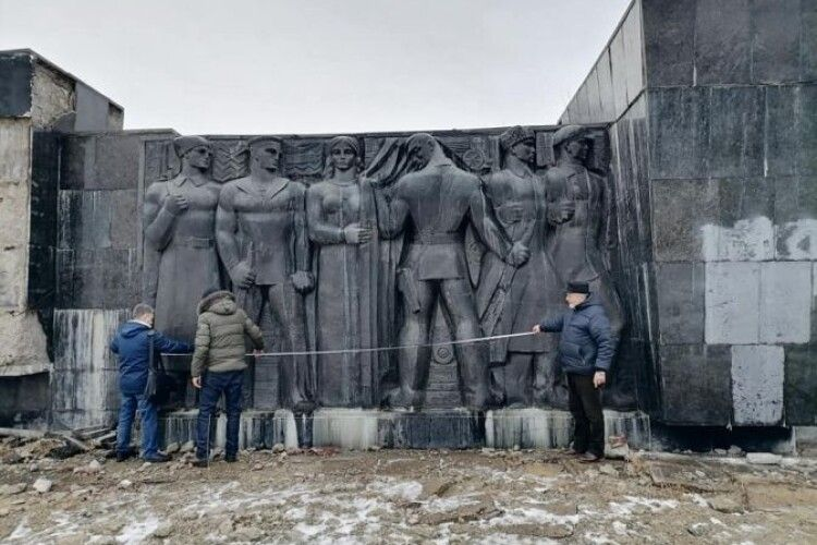 У Львові розпочали демонтаж Меморіалу слави (Фото)