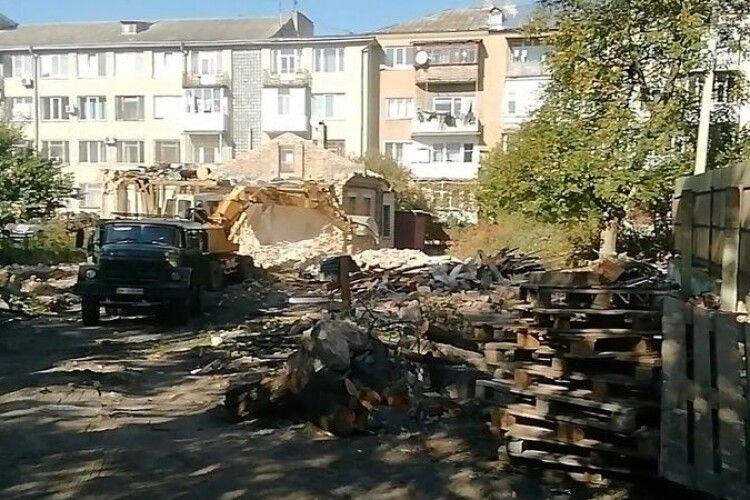 У Луцьку трощать стару будівлю