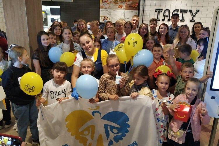Дітки пройшли багато випробувань: показали, хто став першими відвідувачами «МакДональдсу» в Луцьку (Фото)