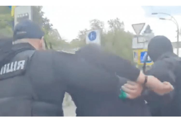 З'явилося відео затримання чоловіка, який облив Порошенка зеленкою