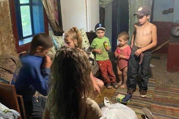 У лісі знайшли сім'ю, де діти живуть у жахливих умовах