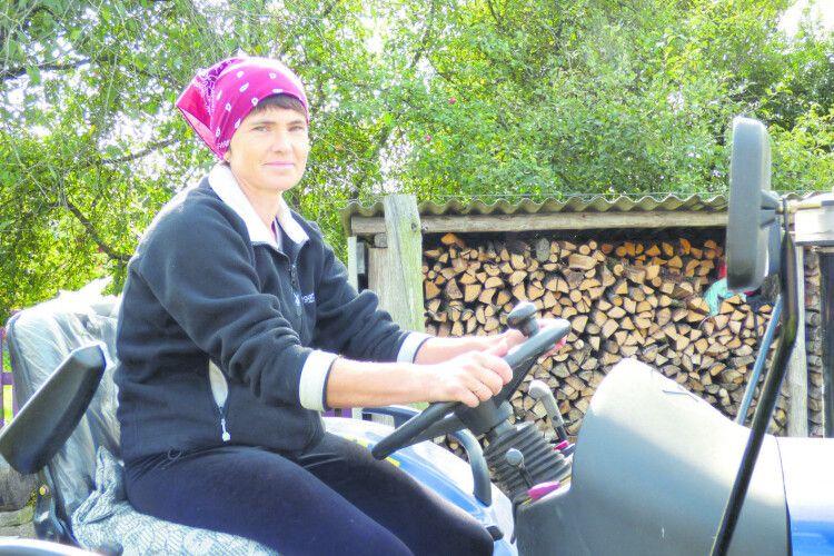 Затята трактористка з волинського села: «Коли їхала, чоловіки переді мною шапки знімали» (Відео)