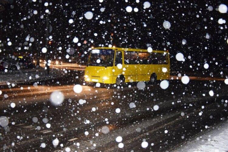 У Луцьку із першим снігом бореться 17 одиниць техніки