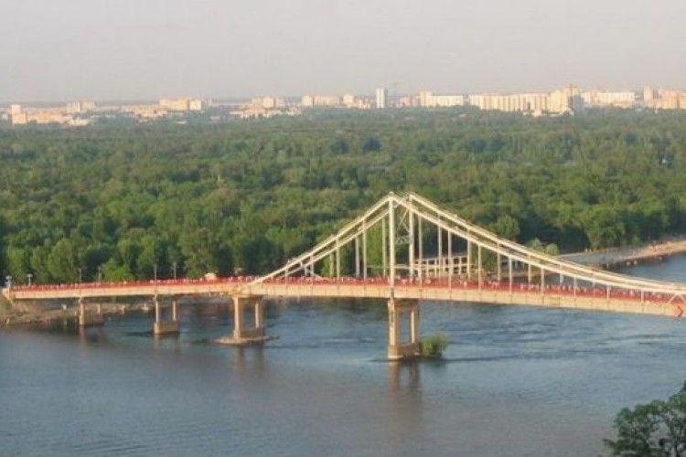 З особливим цинізмом: у Києві молодики промчали автівкою... по пішохідному мосту