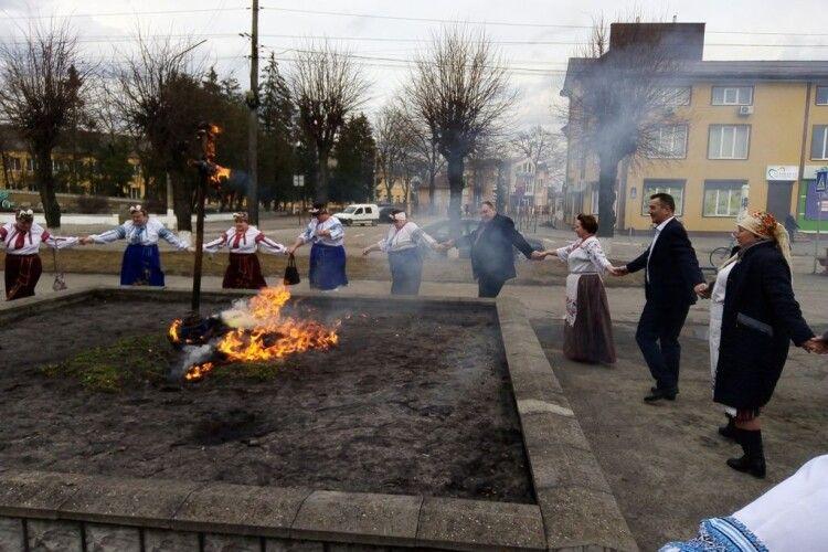 У селищі на Волині спалили опудало зими (Фото)