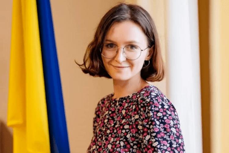 Помічницю голови ЦВК зацькували за пост про секс-іграшку: вона звільнилася