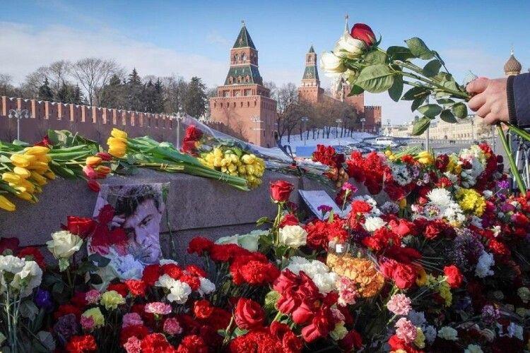 У Річницю вбивства Нємцова квіти до місця його загибелі принесли посли США, Великої Британії та Латвії