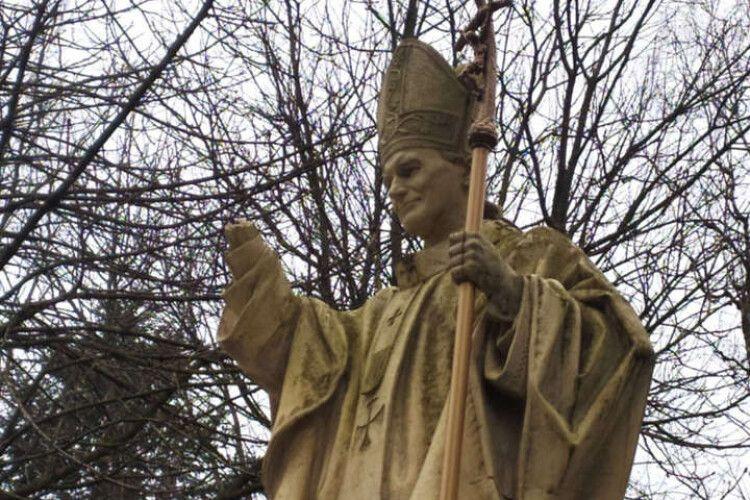 На Львівщині вандали пошкодили два пам'ятники Папі Римському Івану Павлу ІІ