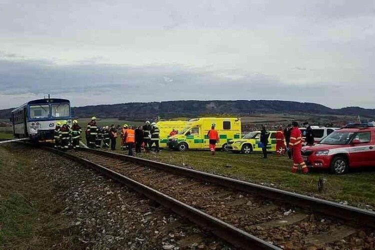 Неподалік від Праги на залізничному переїзді поїзд зіткнувся з пасажирським автобусом