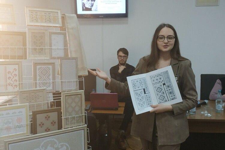 Волинська майстриня відтворила вишивки Косачів (Фото)
