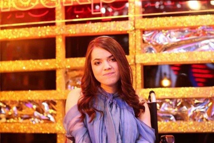 18-річна дівчина на інвалідному візку заспівала відомий хіт, як справжня зірка (ВІДЕО)