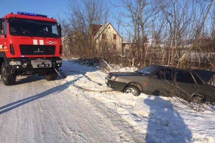 На Горохівщині витягли із заметів рейсовий автобус та авто газової служби (Відео)